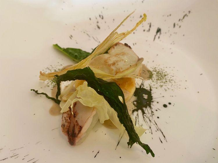 Calamaretti ripieni di zucchine trombetta su panissa ripassata al cipollotto e delicata zuppetta di bagnacauda