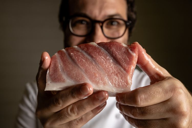 Giuseppe Iannotticol suo toro (ventresca) di tonno