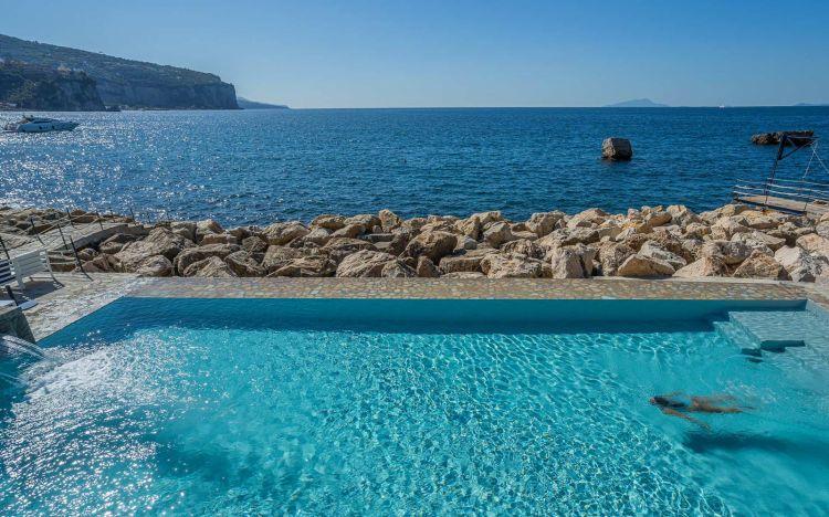 La piscina a sfioro sul Tirreno
