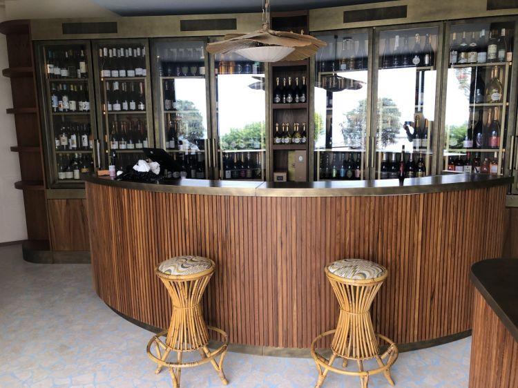 Il bancone bar appena dopo l'ingresso