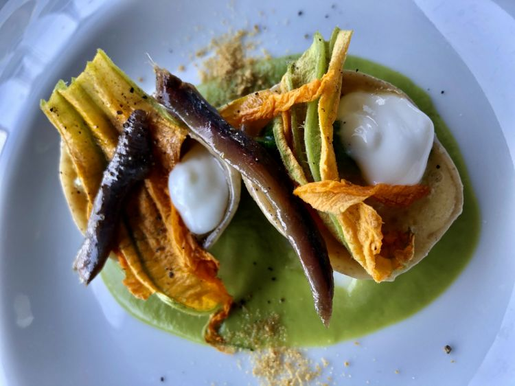 Mirabelle: Cappellotti di pasta di pane con burrata, alici del Cantabrico e fiori di zucca