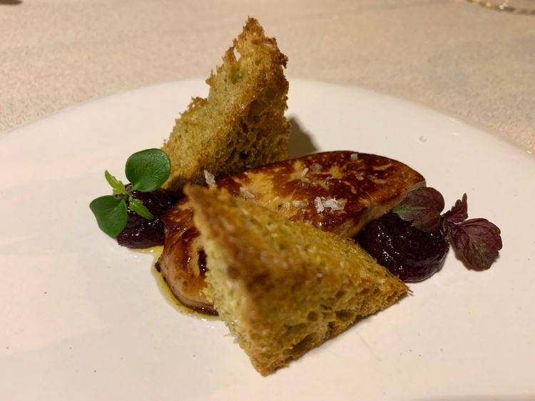 Scaloppa di foie gras, pan brioche al grano arso e confettura di cipolla rossa fondente