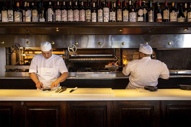 Solo in cucina lavorano 32 persone, con 8 parillas per preparare la succulenta carne
