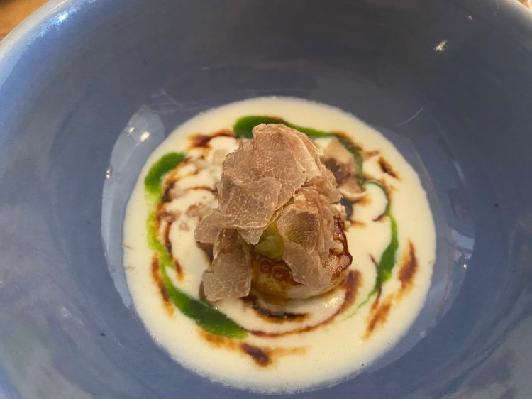 Capesante arrostite su salsa spumosa al Franciacorta con castagne, carciofi di Albenga e tartufo bianco