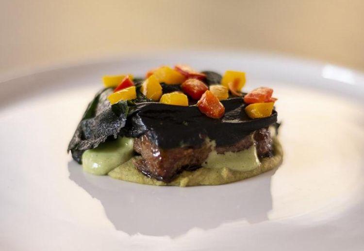 Lingua al verde di Federico Ferrari:Lingua di manzo allevato a erba, salsa verde, broccoli e spinaci