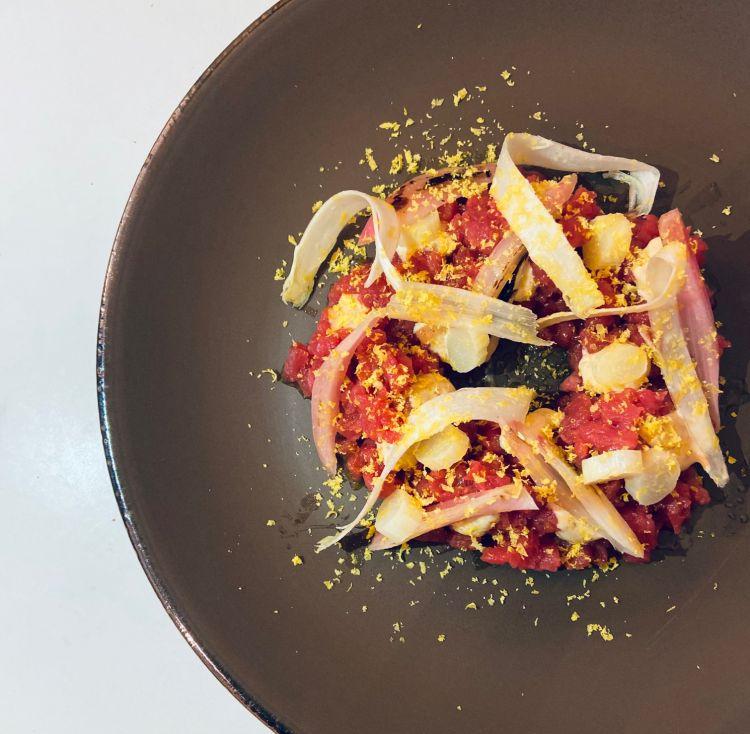 Tartare di Fassona con maionese al porro bruciato e miso, scalogno in agro, asparagi bianchi e tuorlo marinato alla camomilla