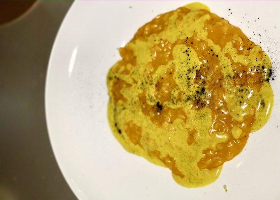 """Risotto con crema di peperone arrostito, curry e curcuma, latte di cocco e lime. Un risotto (riso Carnaroli di Cascina Venaria) che incrocia ingredienti europei (il peperone,passato alla brace, spellato,bruciacchiato e ridotto in crema) e del Sud-est asiatico (curry e curcuma, latte di cocco e lime, la base di tante magnifiche zuppe thai). Tutto questo, uscito dalla passione per i viaggi diMattia, fratello minore di Stefano, """"Uno scienziato"""", spiega il primogenito, """"che studia tantissimo, con grande discrezione"""""""