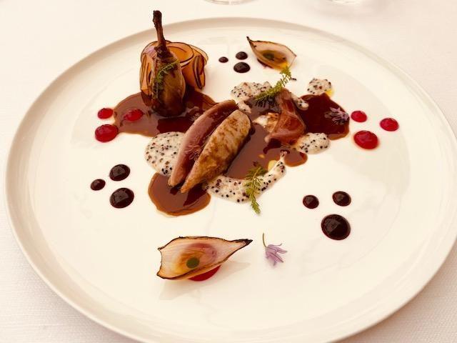Quaglia, ibisco, prugne, quinoa al parmigiano e gel di scalogno