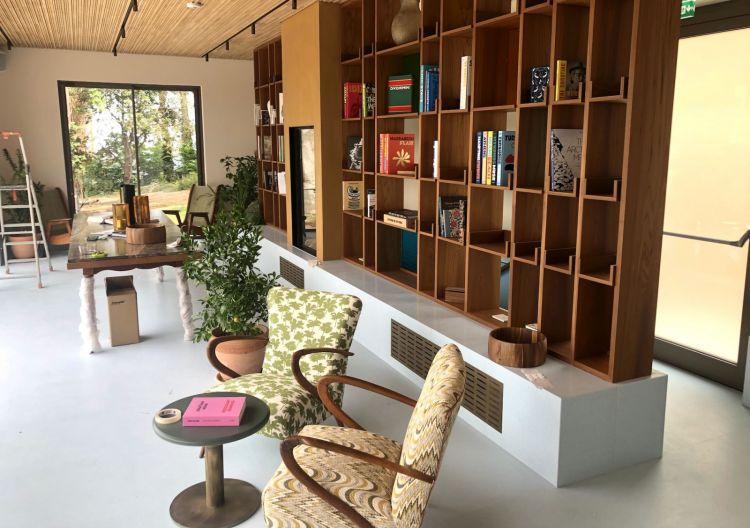 Zona relax con piccola biblioteca