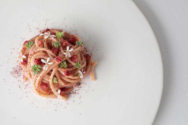 Spaghetto Monograno Felicetti cotto in infuso di geranio odoroso, ibisco, acqua di tinca e croste di pane all'ibisco