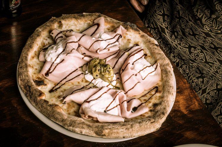 Giuseppe Alessio: fiordilatte, mortadella, stracciatella, punte di cicorie croccanti, glassa di aceto balsamico, spolvero di tarallo pugliese
