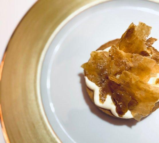 Tartelletta con dulce de leche all'Earl Grey, mousse di crème fraîche e miele millefiori e pasta sfoglia caramellata alla vaniglia