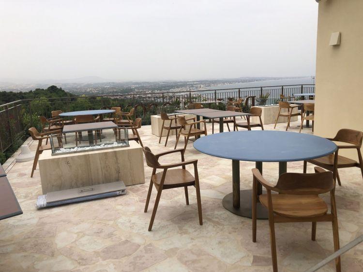 Il ristorante Dalla Gioconda si compone di due terrazze: in estate sono apparecchiati 40 coperti al piano superiore e 20 a quello inferiore; d'inverno sarà il contrario