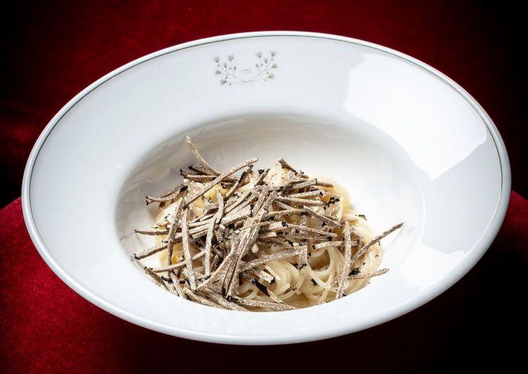 Spaghetto tiepido alle nocciole e asparago bianco,tartufo nero estivo