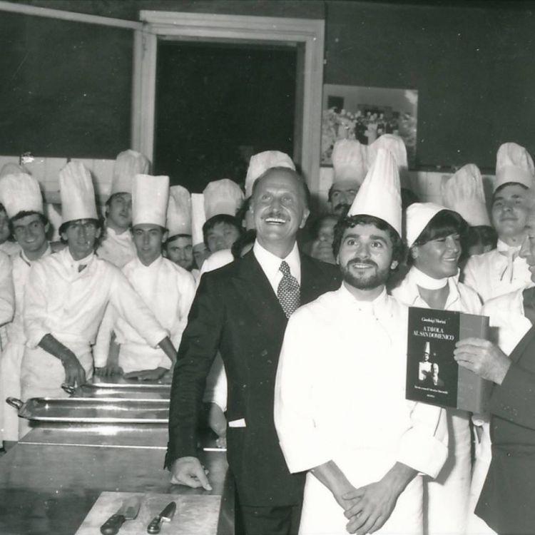 Una foto dei primi anni Ottanta: in primo piano Gianluigi Morini e Valentino Marcattiliii. Si nota qualcuno che tiene in mano il libroA tavola al San Domenico, uscito nel 1982, l'autore è proprio Morini con le ricette di Marcattilii