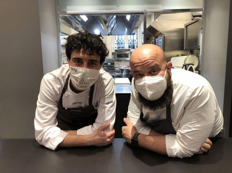 Domingo Schingaro (a destra) con Edoardo Traverso, resident chef dell'Hub, il terzo dall'apertura di Identità Golose Milano, dopo Alessandro Rinaldi e Simone Maurelli. Presto arriverà ilsupervisor delle cucine,Andrea RIbaldone