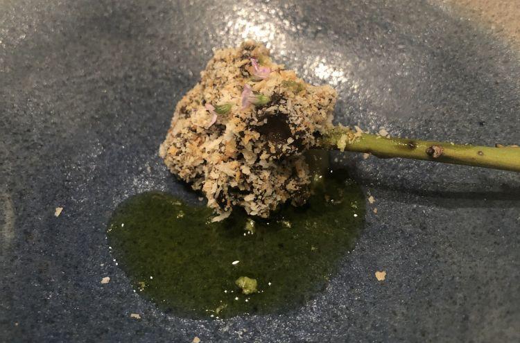 Spiedino di garusoli (murici o lumache di mare)cotti alla provenzale, lactokoji di semi di zucca e olio di prezzemolo. Un boccone favoloso