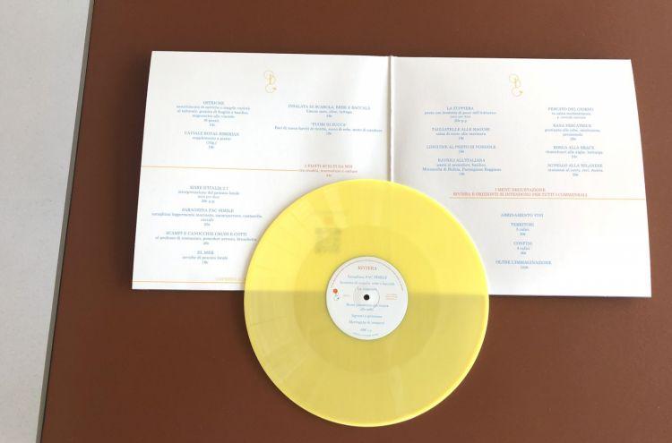 Il menu è impaginato in un doppio LP: aprendolo si trovano le proposte alla carta. Il vinile giallo vero e proprio (non riproducibile al giradischi, per ora) contiene i dettagli del menu degustazione