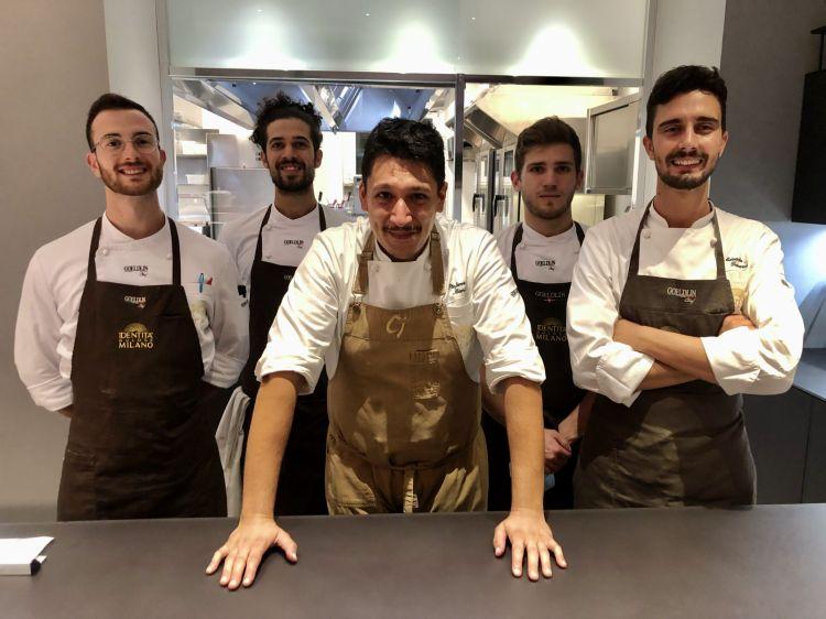 Stefano Manias con la brigata di cucina di Identità Golose Milano