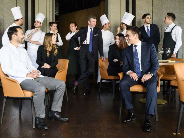 Al centro,Bina col team di Aalto. In primo piano, a sinistra chef Takeshi Iwai, a destra il patron Claudio Liu