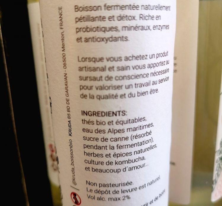Sul retro dell'etichetta, si dettagliano, tra gli ingredienti, tè biologico, zucchero di canna, acqua delle Alpi Marittime, erbe e spezie naturali, coltura di kombucha e 'beaucoup de amor', molto amore