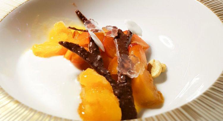 Albicocca tonda di Costigliole, arachide e cocco, dessert fresco ed estivo di Beatrice Casella, impiattato direttamente al tavolo