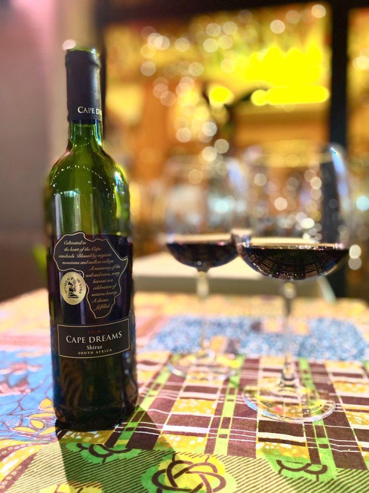 Cape Dreams è uno dei vini sudafricani selezionati da Biniam Saigai. Aromi intensi di ciliegia e legno, da Cape Town, perfetto da abbinare allo zighinì di carne