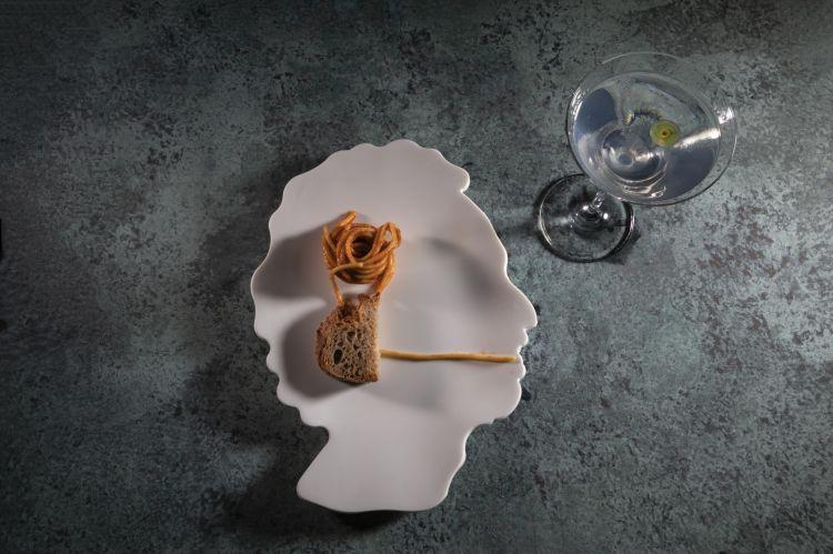 LucaArdito presenta il Giovane Martini, un classico rielaborato e realizzato congin, Italicus, olio di oliva extravergine siciliano, spray di noce, tre gocce di distillato di pomodoro. In abbinamento gli Spaghetti al pomodorosempre presente nei menu di FrancoAliberti: conserva di pomodoro san Marzano dop, olio extra vergine di oliva, aglio, basilico. Sono impiattati a gomitolo in un piatto che riproduce il profilo dello chef.Il piatto è completato da una fetta di pane