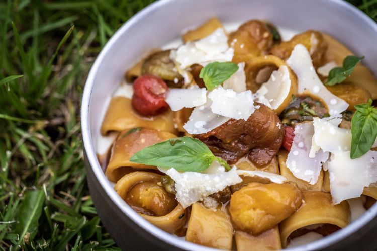 Calamari of pasta with roasted dates, shaved Parmigiano and sauce of smoked ricotta (photo from Filippo Noventa)