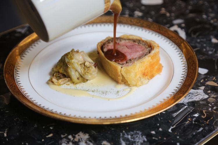 Filetto alla Wellington: scarola all'anice e alloro con salsa beurre blanc completato con la salsa del suo fondo