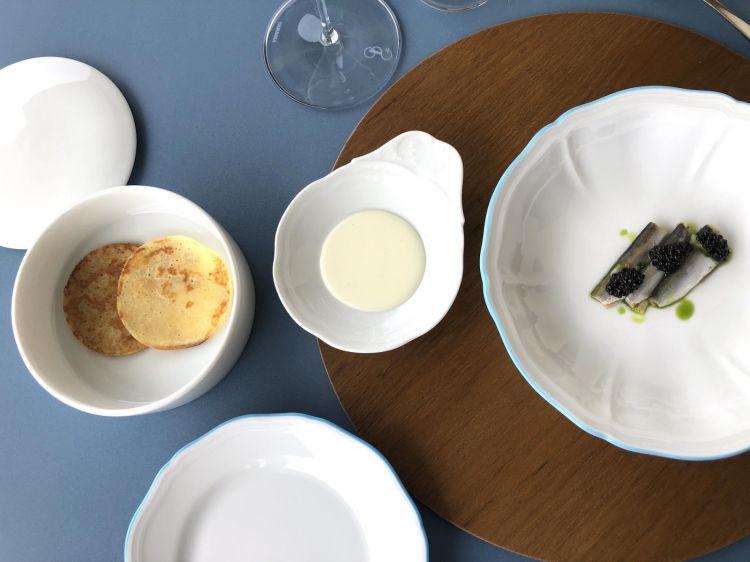 Saraghina Fac-Simile 'È la nostra idea di servire il caviale in Emilia Romagna', spiega il cuoco. La saraghina, pesce simbolo del litorale, è marinata appena e poi servita con olio al cipollotto, cedro e caviale. Nel piattino centrale, al posto della panna acida c'è uno squacquerone montato. Nel piatto in alto, una cantarella, sorta di bligny realizzato con l'impasto della piadina. Si mangia a mo' di tacos (pardon, di piadina)