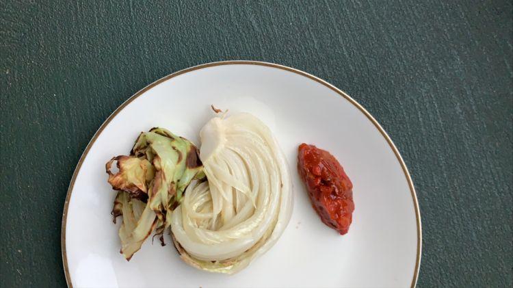Contorni e salsa piccante che accompagnano il polpettone
