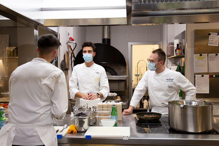 Momenti di condivisione e amicizia nelle cucine di Identità Golose Milano, dove i giovani chef della S.Pellegrino Young Chef Academy sono stati accolti dal resident Edoardo Traverso