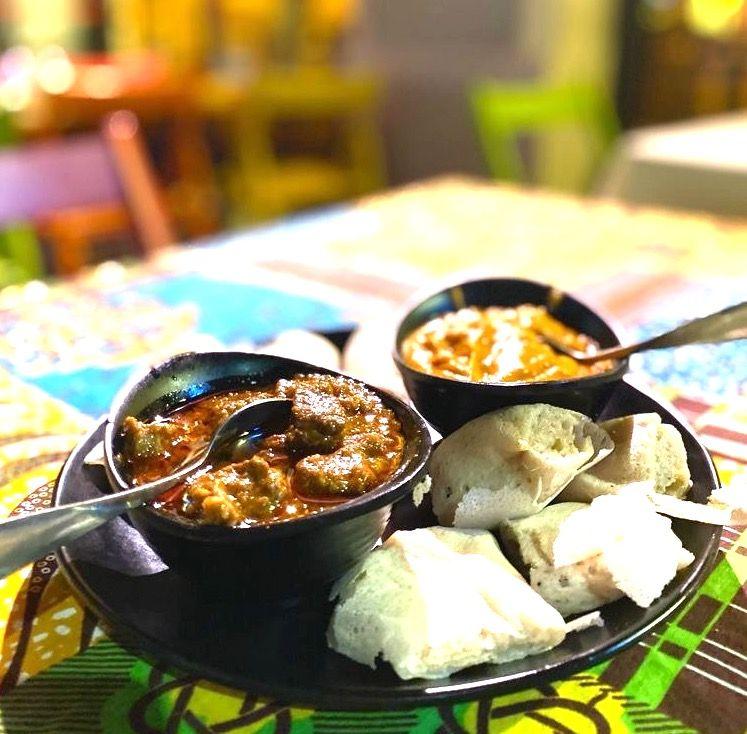 Shirò, crema di ceci delicata con bocconcini di manzo, da mangiare con le mani grazie all'Injera