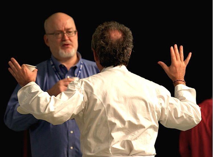 Ferran Adrià nel gesto di abbracciare Bob Noto, compianto gastronomo torinese, considerato dal catalano il miglior palato da lui conosciuto