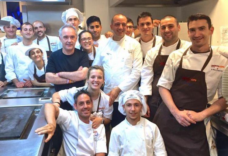 Amarcord di Identità Expo nel 2015 a Milano: Ferran Adrià e l'immancabile foto ricordo con, alla sua sinistra, Pino Cuttaia, chef-patron della Madia a Licata in Sicilia