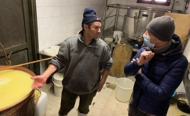 Riccardo Camanini osserva la lavorazione del Tombea