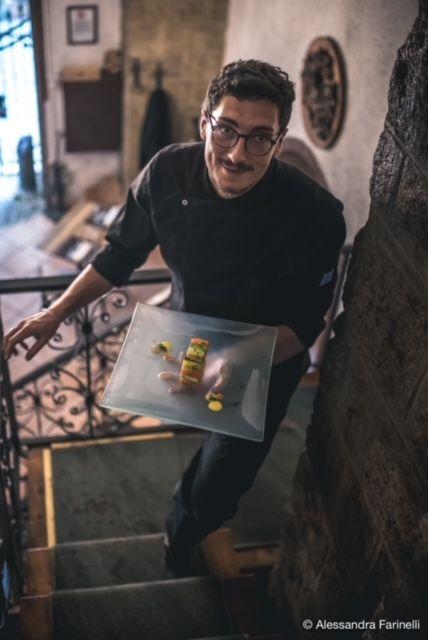 Alessio Esposito, fratello di Roberta, con lei studia lapropostapizza, quindi le farcee lei, a sua volta, lo aiuta nella delineazione del menu ristorante e.. gliinsegna anchea fare la pizza!