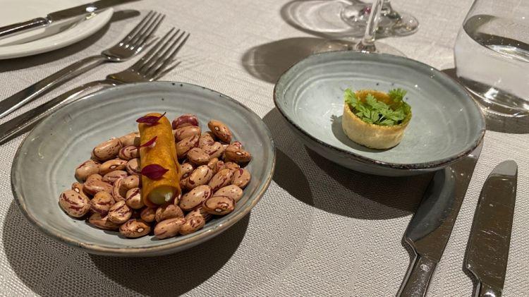 Cannolo di farina bona ripieno di Bleu de Bresse -Tartelletta con aglio nero e cerfoglio