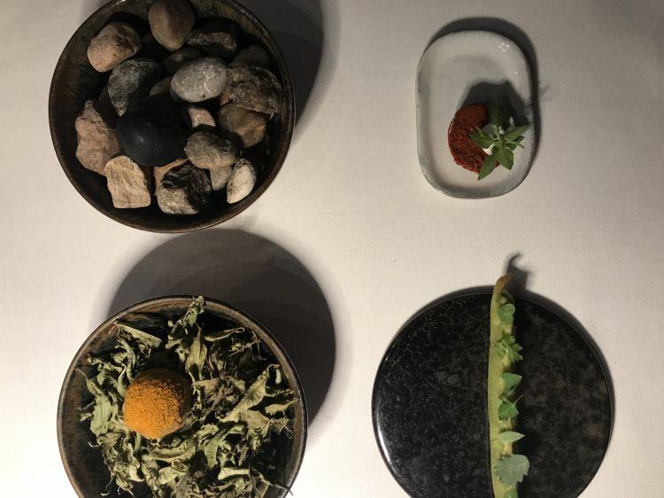 Amuse bouche del percorso degustazione: in basso a sinistra una polpetta di pesce spada invecchiato 25 giorni con cuore diolivataggiscache tanto ricorda un'oliva all'ascolana