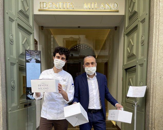 Edoardo Traverso, con il restaurant manager Andrea Amato, sulla soglia di via Romagnosi 3 con le scatole pronte per il delivery e l'asporto