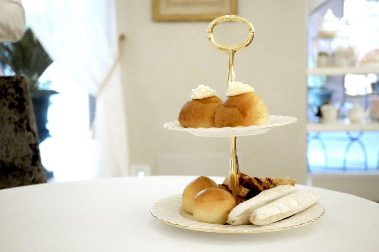 Dolcezze al risveglio: tè freddo ai frutti di bosco, vari tipi di pane (grigliato con albicocca e noci; ciabattina; al latte), veneziane...
