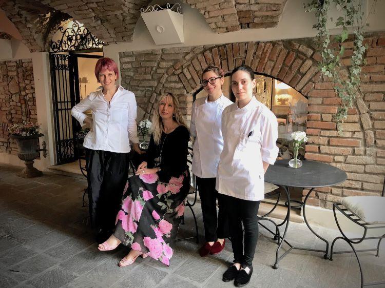 Cristina Cagliari (seduta) e Annalisa Borella (a sinistra) con Denise De Lucia e Francesca Becheroni
