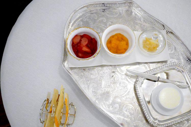 Marmellate preparate il mattino stesso: limoni, albicocche, pesche-lamponi. Con burro salato di Normandia