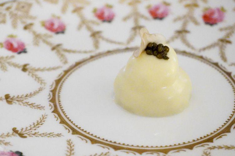 Uovo di quaglia pochée con crema di funghi e caviale