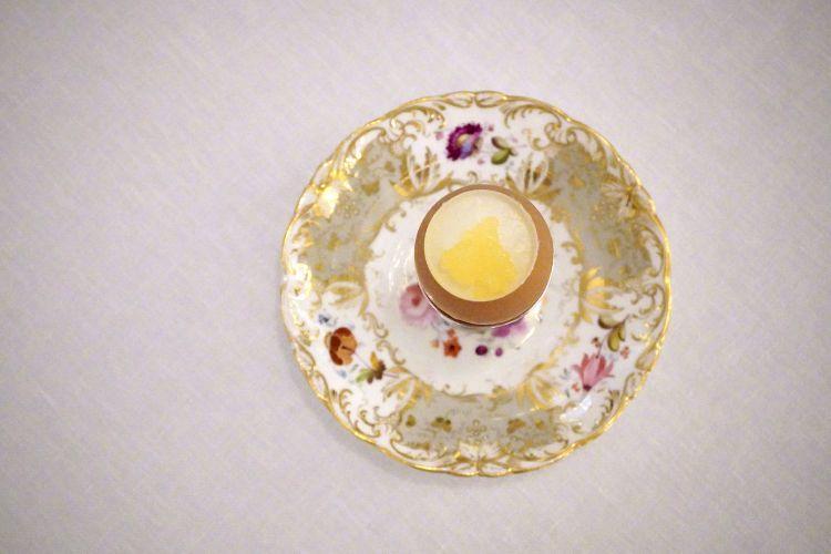 Uovo dolce, biancomangiare alla mandorla, cuore all'arancia, caviale di succo d'arancia e arancia amara