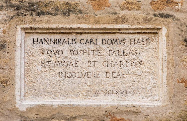 La lipide commemorativa posta sulla casa di Civitanova Marche Alta dove nacque Annibal Caro nel 1507, primo a citare il pasticciotto in un testo del 1538. Foto di Mara Pecorari