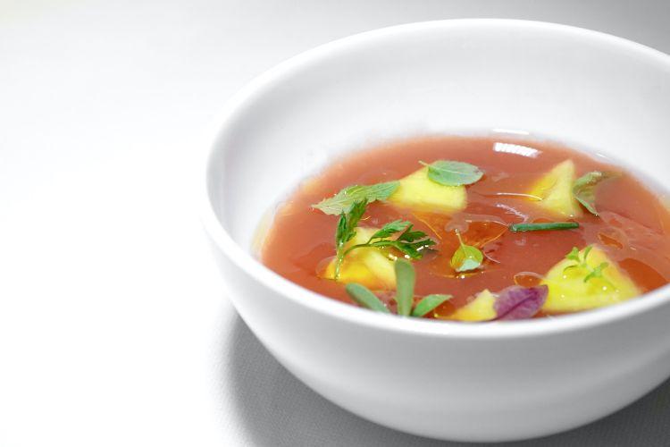 Zuppa con pescanoce, aceto di fragole e cocomero