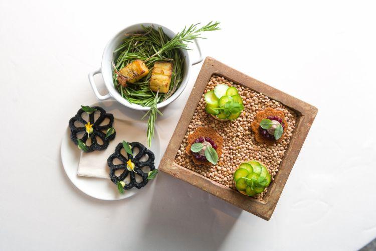 Gli appetizer di apertura:tartelletta di cappero affumicato, frittella al nero di seppia con avocado siciliano, crostino di nocciole con patè di fegatini e marmellata di cavolo viola
