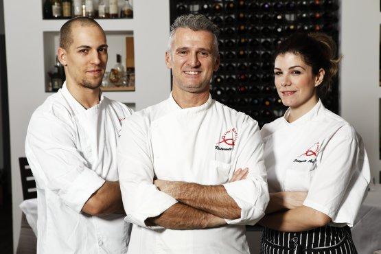 Lo chef Massimiliano Capretta, al centro, con la sorella pastry chef Dalila Capretta e il sous chef Edoardo Massari